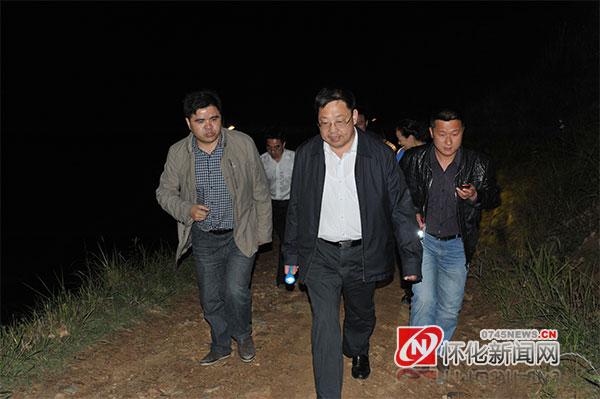 2013年5月11日晚,蒙汉打着手电,带领乡村干部夜行踏勘溆浦县沿溪乡翻山公路(资料图片)
